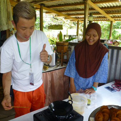 Teaching traditional cooking teachniques to guests
